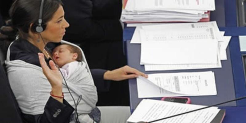 Kako izgleda kada mama vodi bebu na posao?