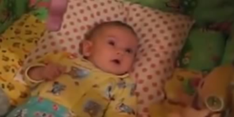 [VIDEO] Beba tati zapjevala uspavanku